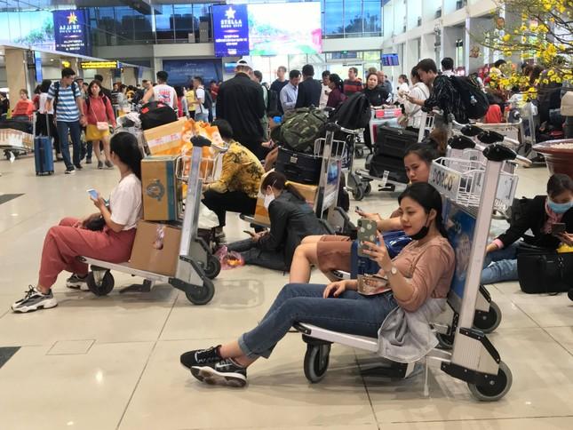 Vạn người vật vờ ở sân bay Tân Sơn Nhất ngày 28 tết ảnh 5