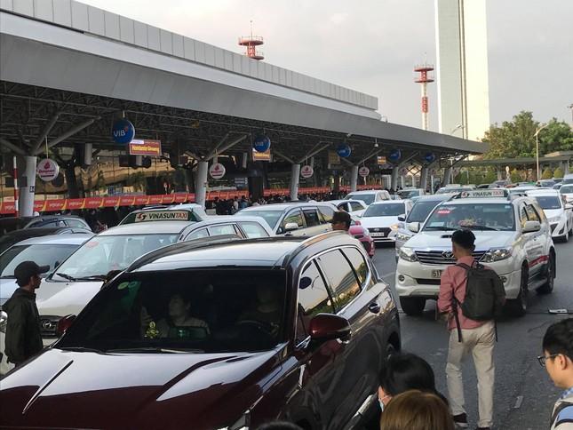 Vạn người vật vờ ở sân bay Tân Sơn Nhất ngày 28 tết ảnh 11