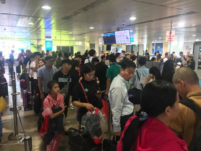 Vạn người vật vờ ở sân bay Tân Sơn Nhất ngày 28 tết ảnh 3