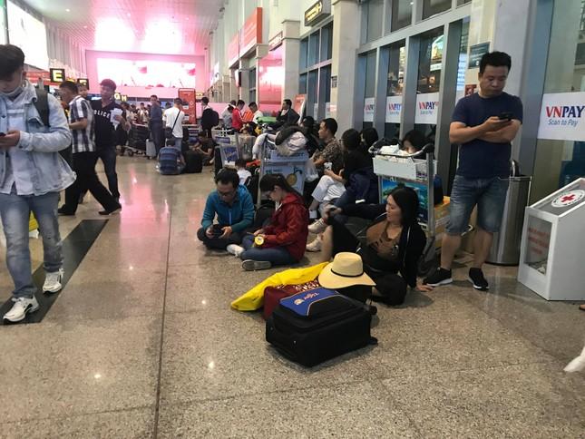 Vạn người vật vờ ở sân bay Tân Sơn Nhất ngày 28 tết ảnh 4