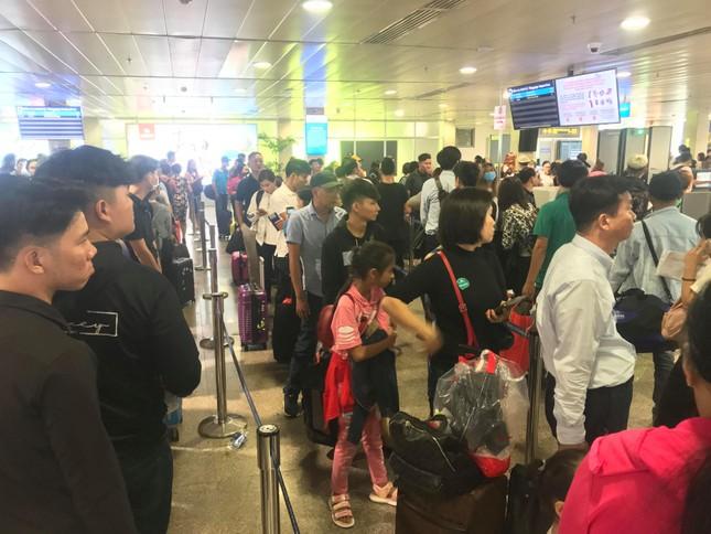 Vạn người vật vờ ở sân bay Tân Sơn Nhất ngày 28 tết ảnh 1