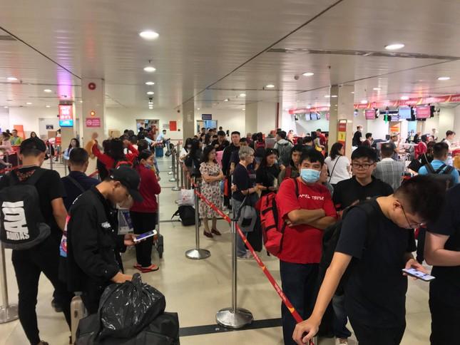 Vạn người vật vờ ở sân bay Tân Sơn Nhất ngày 28 tết ảnh 2