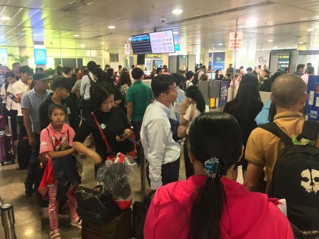 Vạn người vật vờ ở sân bay Tân Sơn Nhất ngày 28 tết ảnh 10