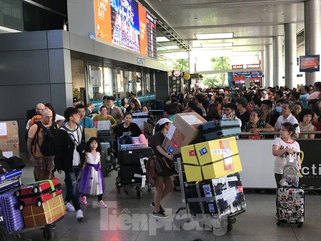 Nghìn người chen lấn ở sân bay Tân Sơn Nhất đón Việt kiều về quê ngày 29 tết ảnh 1