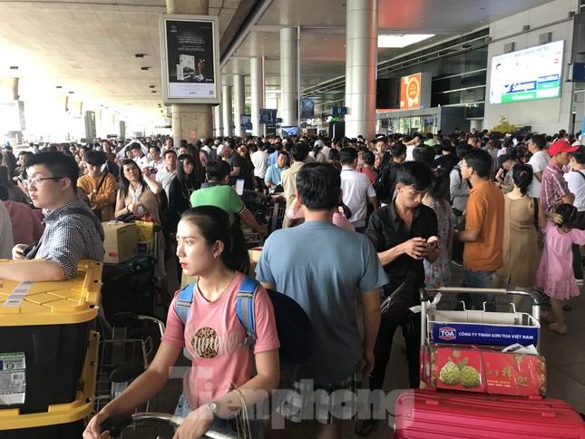 Nghìn người chen lấn ở sân bay Tân Sơn Nhất đón Việt kiều về quê ngày 29 tết ảnh 3