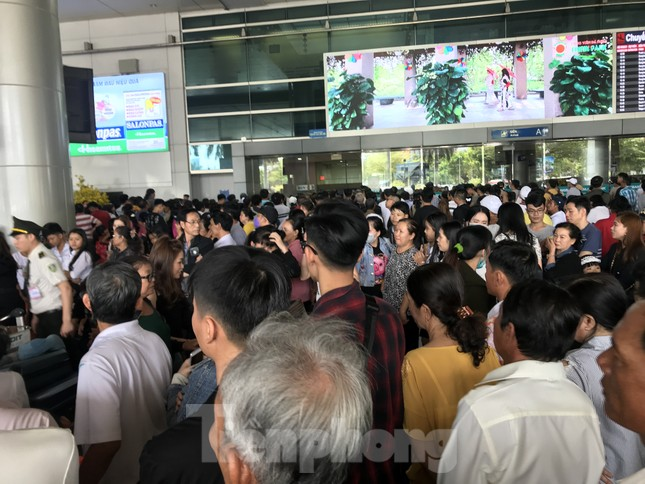 Nghìn người chen lấn ở sân bay Tân Sơn Nhất đón Việt kiều về quê ngày 29 tết ảnh 4