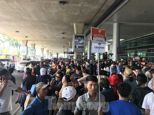 Nghìn người chen lấn ở sân bay Tân Sơn Nhất đón Việt kiều về quê ngày 29 tết ảnh 5