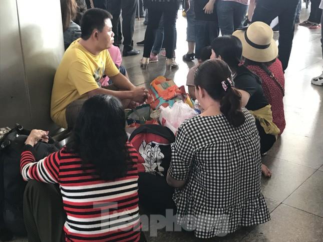 Nghìn người chen lấn ở sân bay Tân Sơn Nhất đón Việt kiều về quê ngày 29 tết ảnh 7