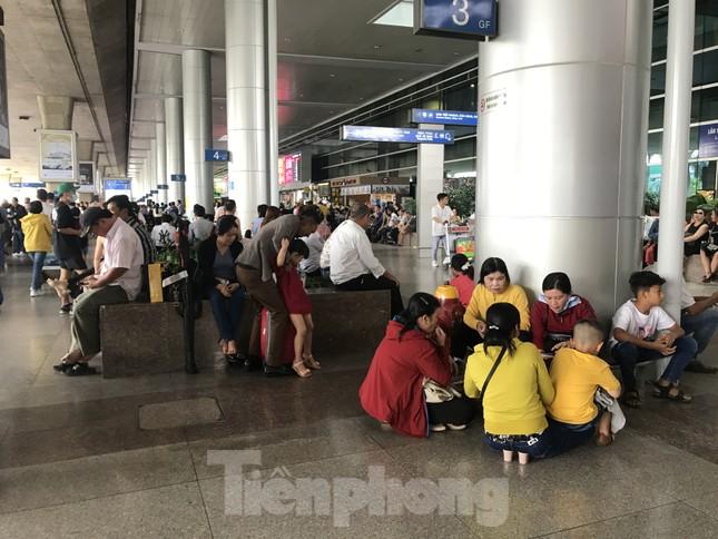 Nghìn người chen lấn ở sân bay Tân Sơn Nhất đón Việt kiều về quê ngày 29 tết ảnh 8