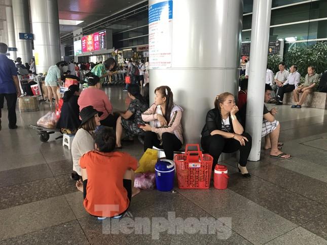 Nghìn người chen lấn ở sân bay Tân Sơn Nhất đón Việt kiều về quê ngày 29 tết ảnh 9