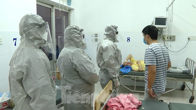 Cận cảnh quá trình điều trị cho bệnh nhân người Trung Quốc nhiễm virus corona ảnh 1