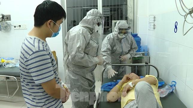 Cận cảnh quá trình điều trị cho bệnh nhân người Trung Quốc nhiễm virus corona ảnh 2
