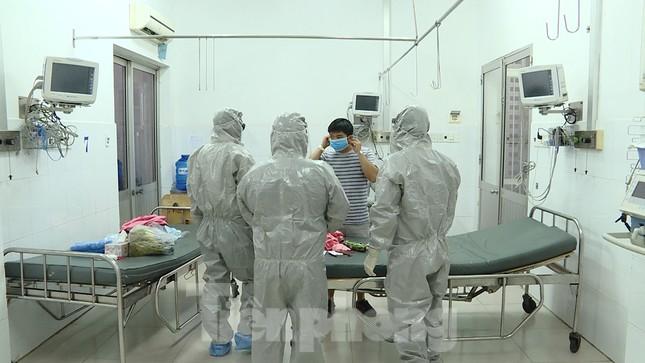 Cận cảnh quá trình điều trị cho bệnh nhân người Trung Quốc nhiễm virus corona ảnh 4