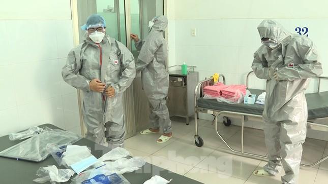Cận cảnh quá trình điều trị cho bệnh nhân người Trung Quốc nhiễm virus corona ảnh 6