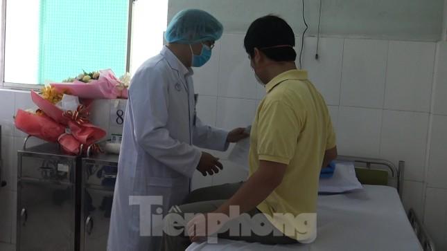 Cận cảnh quá trình điều trị cho bệnh nhân người Trung Quốc nhiễm virus corona ảnh 9