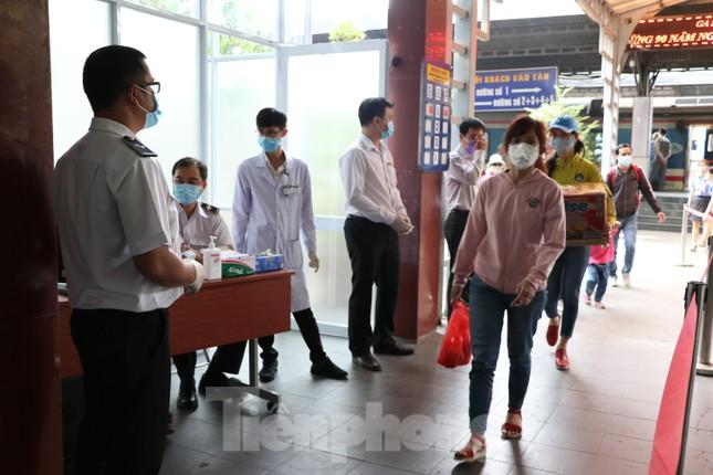 Kiểm tra thân nhiệt khách đi tàu hỏa đến ga Sài Gòn để phòng virus corona ảnh 1
