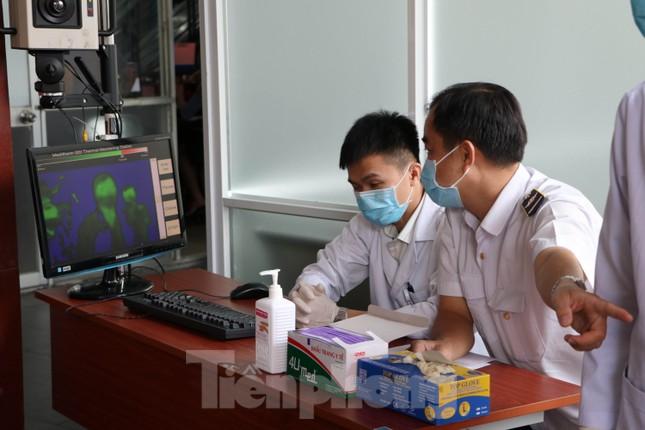 Kiểm tra thân nhiệt khách đi tàu hỏa đến ga Sài Gòn để phòng virus corona ảnh 2