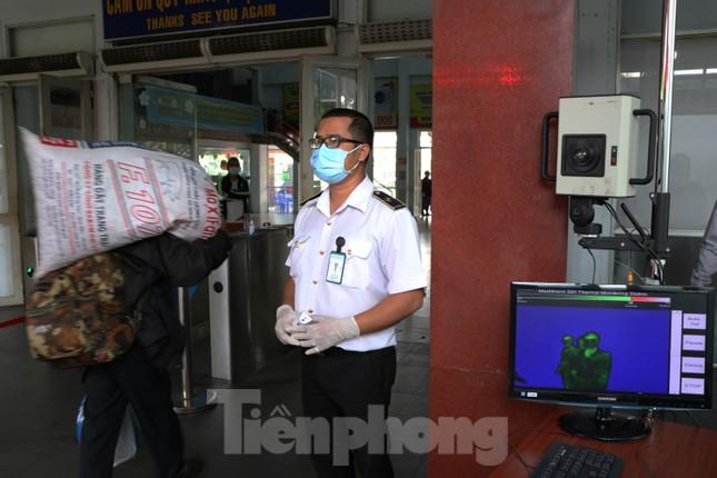 Kiểm tra thân nhiệt khách đi tàu hỏa đến ga Sài Gòn để phòng virus corona ảnh 3