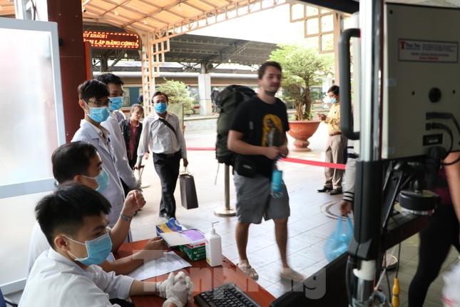 Kiểm tra thân nhiệt khách đi tàu hỏa đến ga Sài Gòn để phòng virus corona ảnh 4