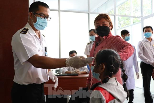 Kiểm tra thân nhiệt khách đi tàu hỏa đến ga Sài Gòn để phòng virus corona ảnh 7