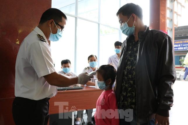 Kiểm tra thân nhiệt khách đi tàu hỏa đến ga Sài Gòn để phòng virus corona ảnh 8