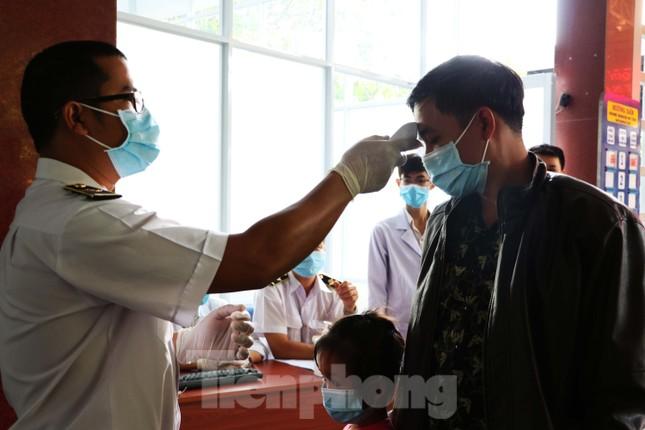 Kiểm tra thân nhiệt khách đi tàu hỏa đến ga Sài Gòn để phòng virus corona ảnh 9