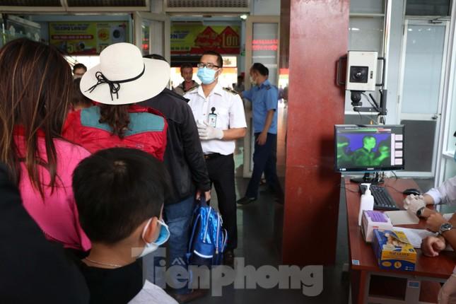 Kiểm tra thân nhiệt khách đi tàu hỏa đến ga Sài Gòn để phòng virus corona ảnh 11