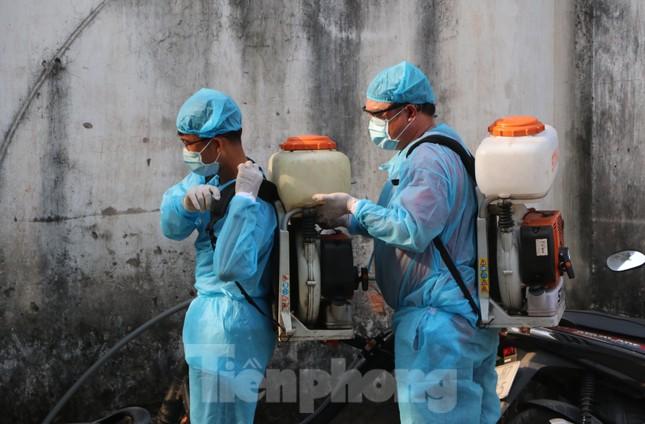 Tận thấy quy trình khử trùng tàu hỏa trước khi chở khách ở ga Sài Gòn ảnh 1