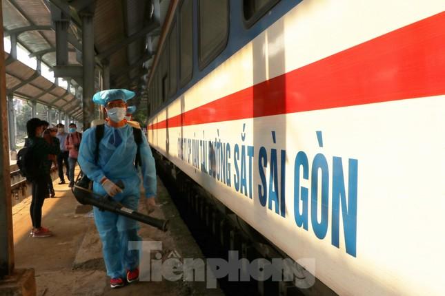 Tận thấy quy trình khử trùng tàu hỏa trước khi chở khách ở ga Sài Gòn ảnh 2