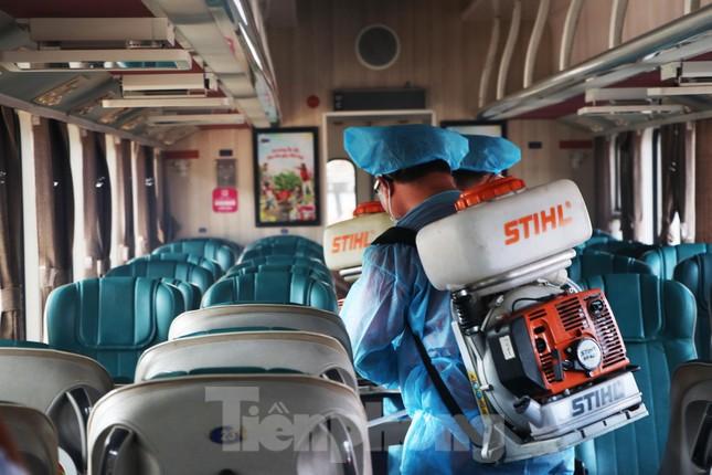 Tận thấy quy trình khử trùng tàu hỏa trước khi chở khách ở ga Sài Gòn ảnh 3