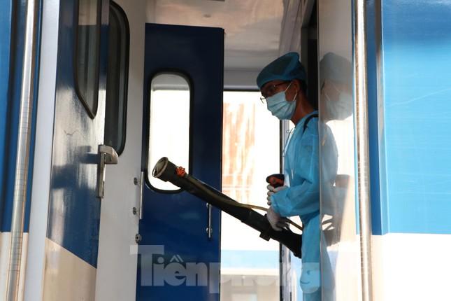 Tận thấy quy trình khử trùng tàu hỏa trước khi chở khách ở ga Sài Gòn ảnh 7