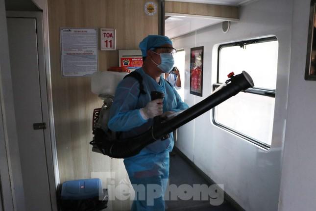 Tận thấy quy trình khử trùng tàu hỏa trước khi chở khách ở ga Sài Gòn ảnh 6