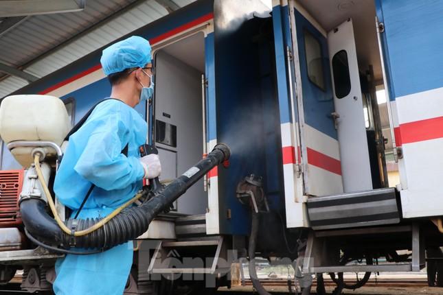 Tận thấy quy trình khử trùng tàu hỏa trước khi chở khách ở ga Sài Gòn ảnh 8