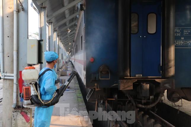 Tận thấy quy trình khử trùng tàu hỏa trước khi chở khách ở ga Sài Gòn ảnh 9