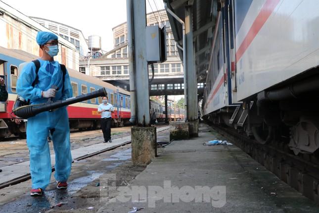 Tận thấy quy trình khử trùng tàu hỏa trước khi chở khách ở ga Sài Gòn ảnh 10
