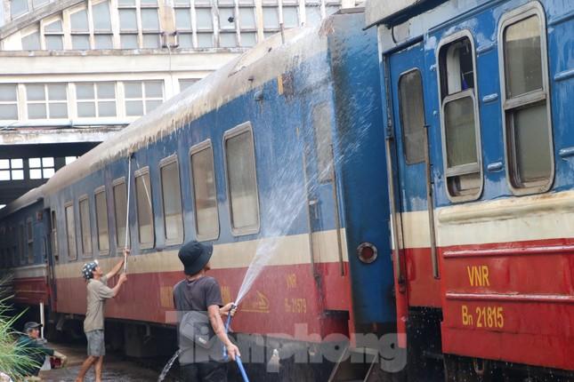 Tận thấy quy trình khử trùng tàu hỏa trước khi chở khách ở ga Sài Gòn ảnh 11