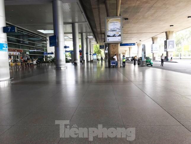 Sân bay Tân Sơn Nhất vắng hoe giữa mùa dịch Covid-19 ảnh 1