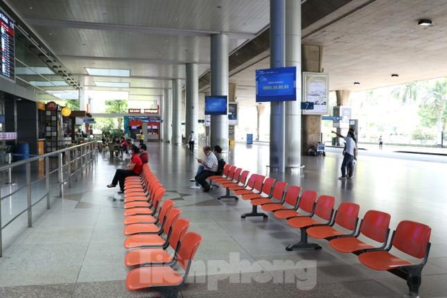 Sân bay Tân Sơn Nhất vắng hoe giữa mùa dịch Covid-19 ảnh 3