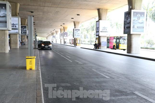 Sân bay Tân Sơn Nhất vắng hoe giữa mùa dịch Covid-19 ảnh 8