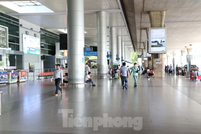 Sân bay Tân Sơn Nhất vắng hoe giữa mùa dịch Covid-19 ảnh 10