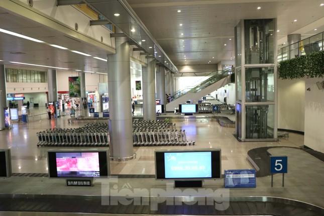 Sân bay Tân Sơn Nhất vắng hoe giữa mùa dịch Covid-19 ảnh 4
