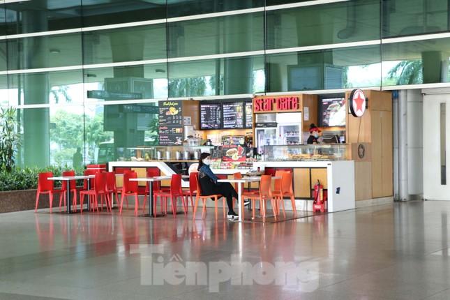 Sân bay Tân Sơn Nhất vắng hoe giữa mùa dịch Covid-19 ảnh 7