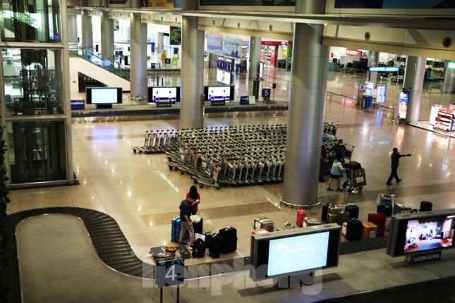 Cận cảnh sân bay Tân Sơn Nhất trước giờ ngừng nhập cảnh người từ nước ngoài về ảnh 1