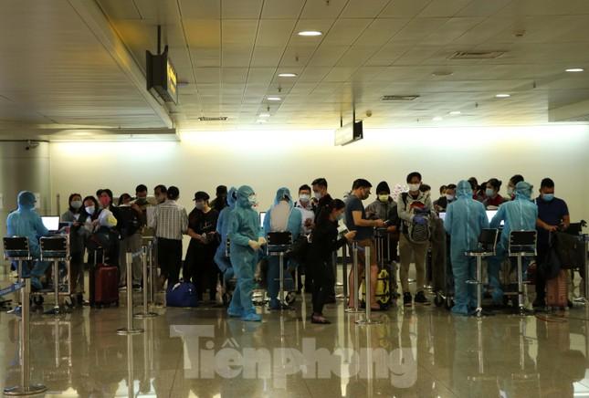 Cận cảnh sân bay Tân Sơn Nhất trước giờ ngừng nhập cảnh người từ nước ngoài về ảnh 2