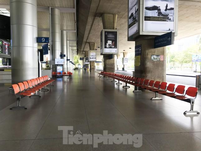 Cận cảnh sân bay Tân Sơn Nhất trước giờ ngừng nhập cảnh người từ nước ngoài về ảnh 5