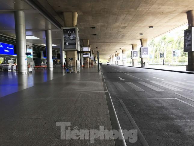 Cận cảnh sân bay Tân Sơn Nhất trước giờ ngừng nhập cảnh người từ nước ngoài về ảnh 7