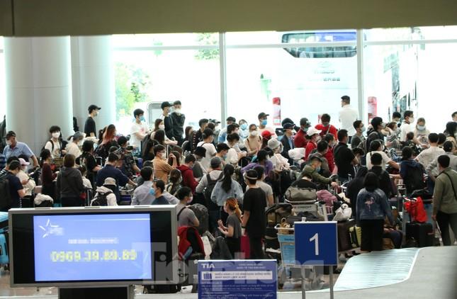 Cận cảnh sân bay Tân Sơn Nhất trước giờ ngừng nhập cảnh người từ nước ngoài về ảnh 3