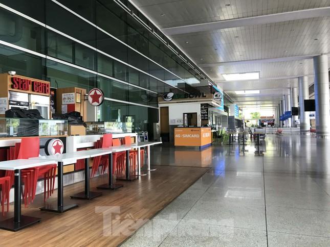 Cận cảnh sân bay Tân Sơn Nhất trước giờ ngừng nhập cảnh người từ nước ngoài về ảnh 10