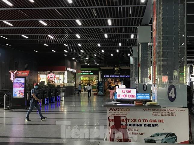Cận cảnh sân bay Tân Sơn Nhất trước giờ ngừng nhập cảnh người từ nước ngoài về ảnh 11