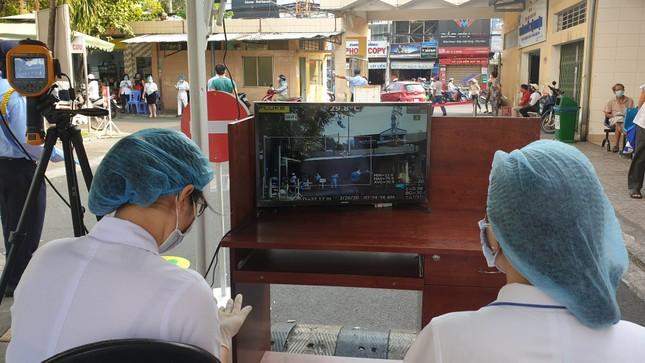 Bệnh viện đầu tiên ở Sài Gòn sắm máy kiểm tra thân nhiệt từ cổng ảnh 1
